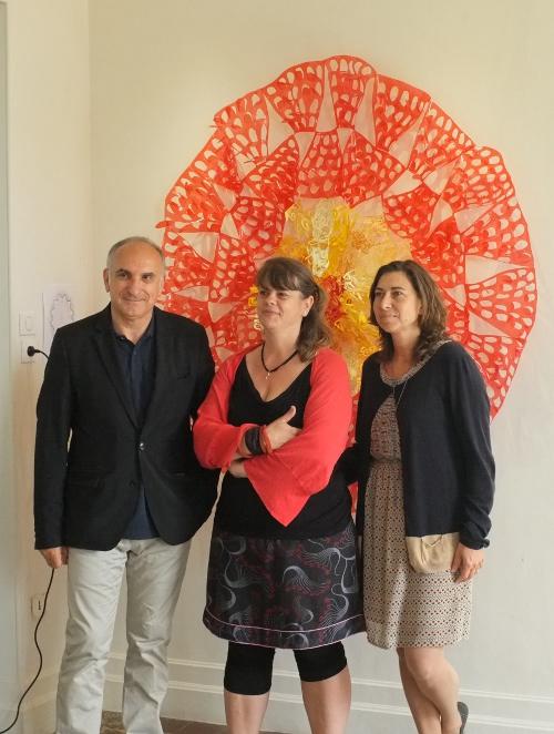 Lors du vernissage : M. Scibetta, maire de Carros, Stéphanie Hamel-Grain et Sonia Dionisi, psychologue systémique.